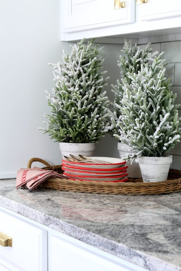 A simple Christmas vignette that mixes old and new!
