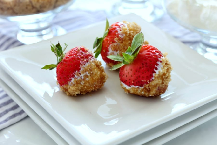 Stawberries, brown sugar and sour cream are the perfect combination for a simple snack.
