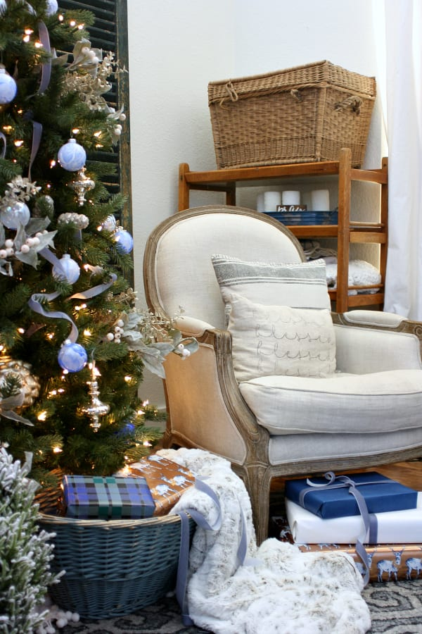 How to mix blue and vintage decor for Christmas.