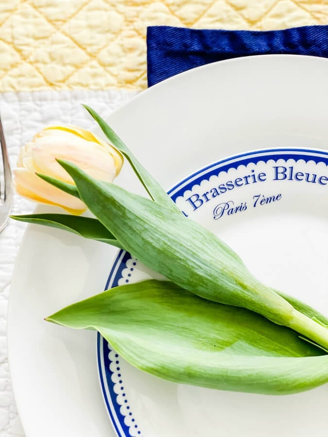 Tulips on plates add a simple but thoguhtfl touch to each place setting.