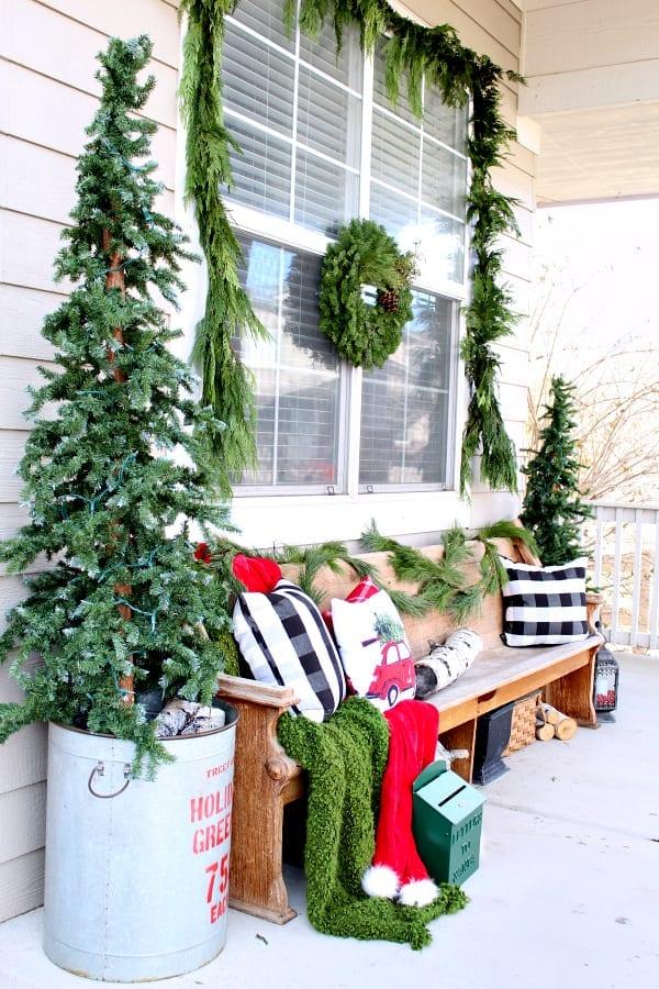 A cozy Christmas porch !