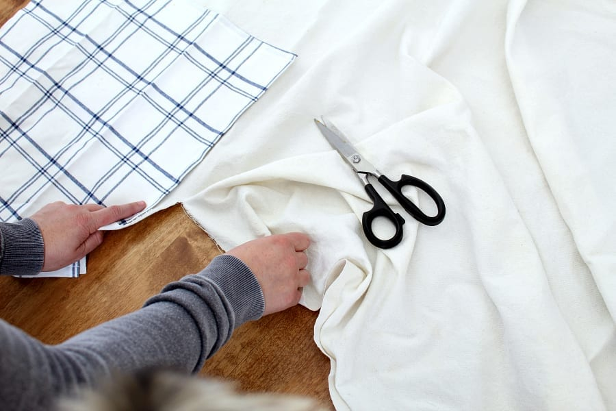 Drop cloth has so many uses! These no-sew napkins are just one of the many uses.