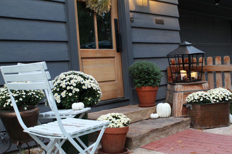 How to decorate your front steps for Fall on a budget!