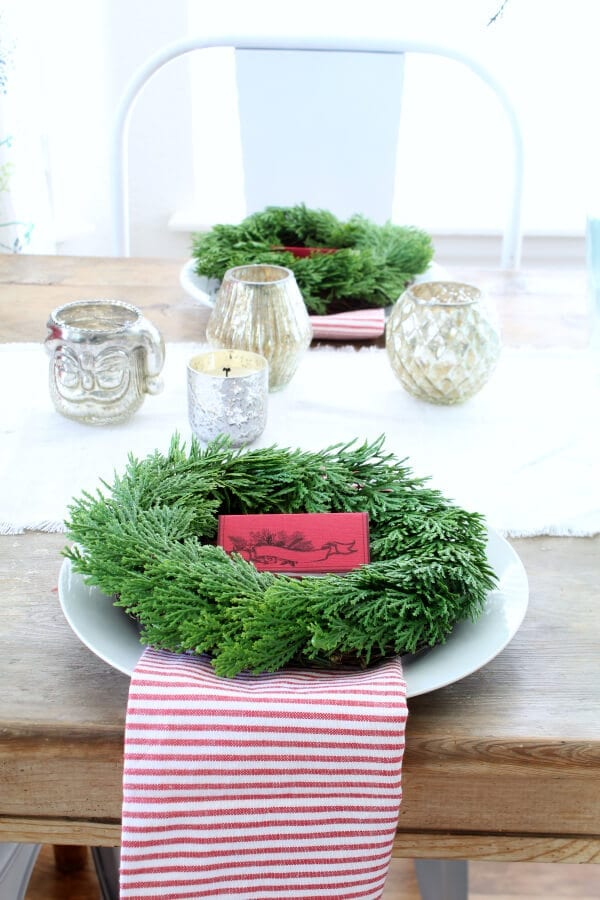Pretty place cards for a casual Christmas table!