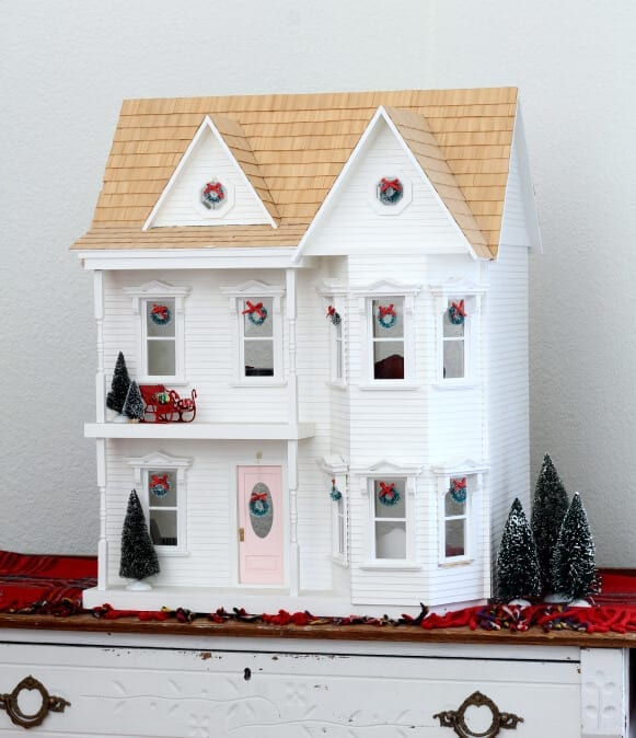 The dollhouse is ready for Christmas!