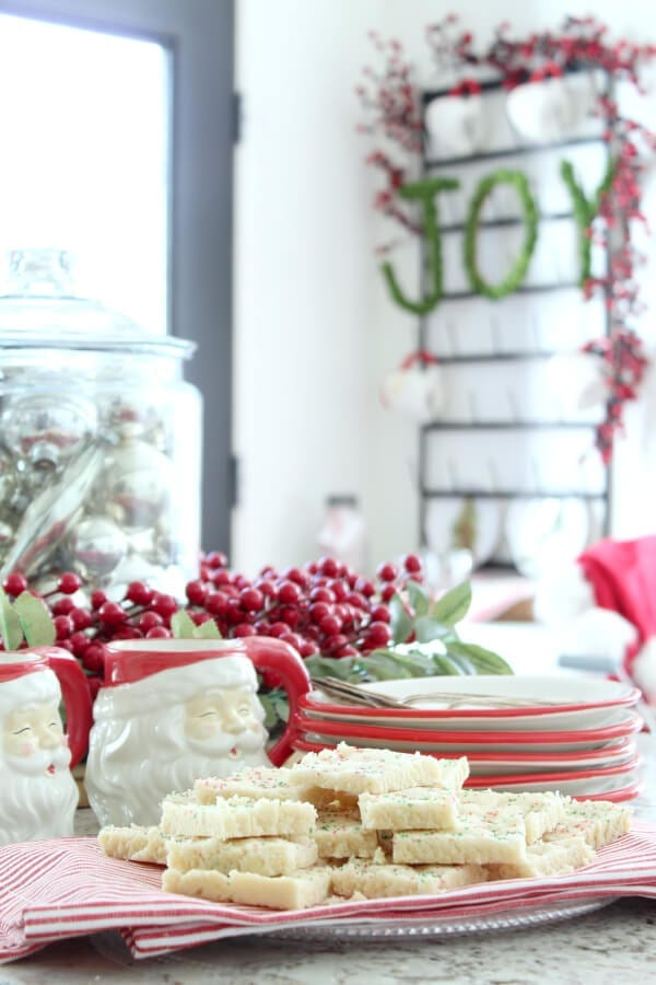 Check out these quick and easy Christmas shortbread cookies!