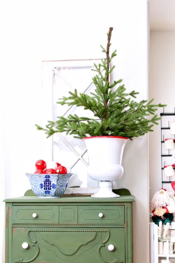 You will love these 1o beautiful Christmas decorating ideas on a budget!