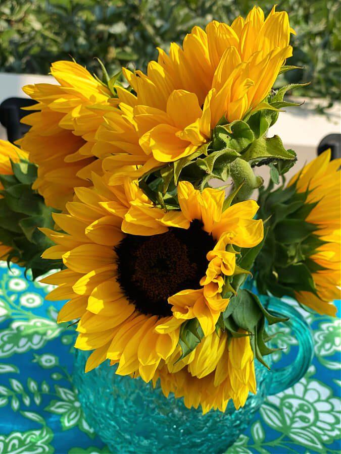 A simple sunflower centerpiece.
